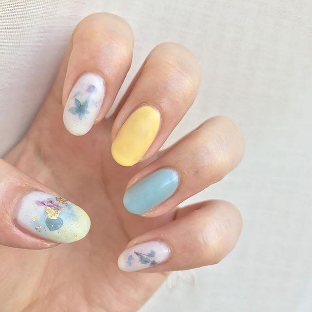 春のボタニカルキャンドルネイル  #しずくネイルシール を手に入れてからずーっとやりたかったボタニカルキャンドルネイルです。キャンドル風のデザインを強調するために、あえて他は単色塗りにしました。  親指は黄色と水色のポリッシュもしか重ねて、ホイルもつけて、キャンドルらしく奥行き感をだしてみました!写真でみるより、肉眼の方が奥行き感がもっとあります!!ずっと見てられるぐらいにお気に入りです(゚∀゚)ヒャッホー  使用ポリッシュ ベース:ダイソー カラー:ちふれ 815 イエロー TMマニキュアB マカロンミント ducate コンデンスミルク トップコート:AT トップコート マットフィニッシュ  #セルフネイル #セルフネイル部 #nail #selfnail #プチプラネイル #ほぼ100均ネイル  #ポリッシュ #ボタニカルネイル #しずくネイルシール第三弾 #しずくネイルシール #押花ネイル #シンプルネイル #オフィスネイル #押し花ネイル #ボタニカルキャンドルネイル #マットネイル #ホイルネイル
