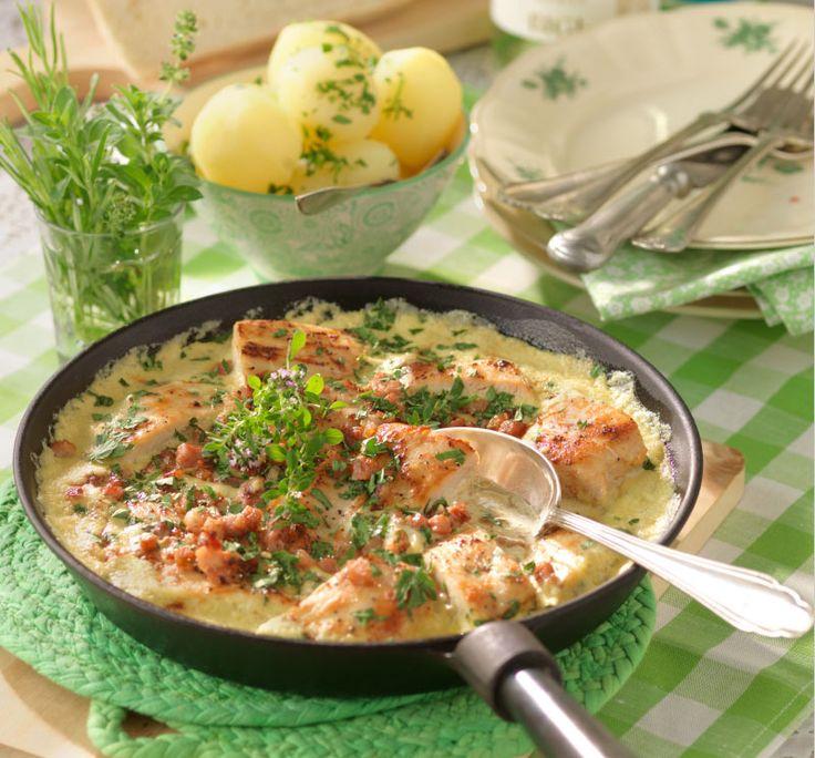 Kycklingpanna med bacontopp | En god kycklingpanna med en krämig sås av ädelost och grädde. Strö över stekt bacon vid serveringstillfället.