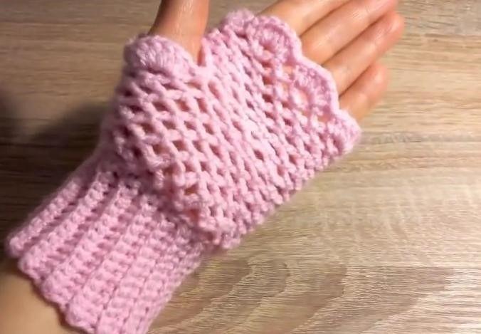 """Bu yazımızda """"Parmaksız eldiven nasıl örülür?"""" diye merak edenlere anlatımlı örgü parmaksız eldiven yapılışı ile anlatımlı örgülere devam ediyoruz. Merhaba hanımlar, hazır kış aylarına da girmişken eldiven örmeye ne dersiniz? Ellerimizi sıcacık tutacak bu güzel örneği gelin hep beraber örelim. Haydi, halkalar şeklini vererek eldivenimizi örmeye başlayalım. MALZEMELER 5 Tığ İp YAPILIŞI İlk önce 14 …"""