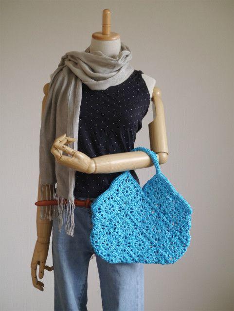 キュートなビキニ型のハンドバッグ。夏に映えるキレイなブルーで作りました。ラフィアのようなカサカサ素材でできています。カジュアルに使い倒してくださいね♪【サイズ...|ハンドメイド、手作り、手仕事品の通販・販売・購入ならCreema。