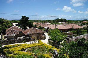 竹富島では、沖縄の昔ながらの集落の様子を見ることが出来る。赤瓦がふかれた低い屋根、台風の風を防ぐための石垣、珊瑚のカケラを敷き詰めてつくられた白色の道
