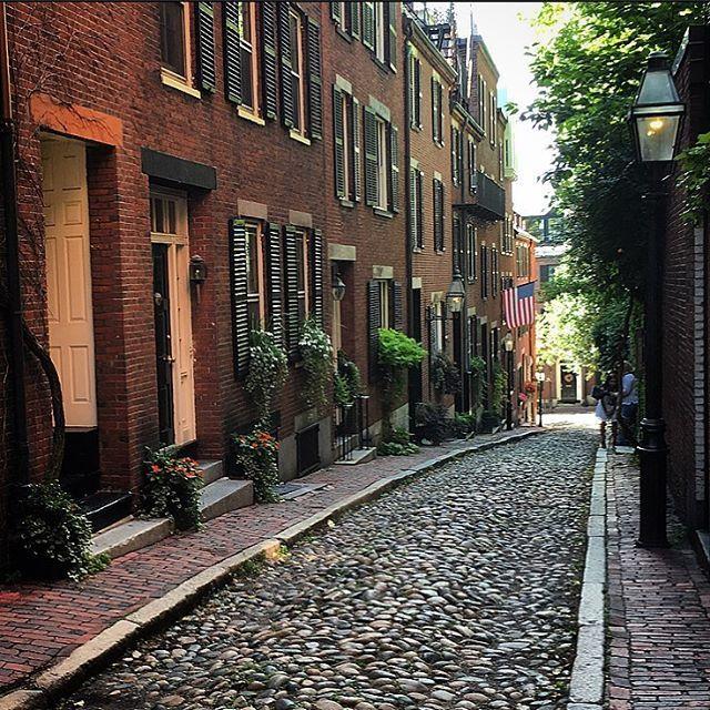 """Rua Acorn, dita a """"rua mais freqüentemente fotografada nos USA"""", localizada no bairro de Beacon Hill, em Boston, que é predominantemente residencial, conhecido por antigas casas de tijolo colonial com """"belas portas, trabalhos de ferro decorativos, calçadas de tijolos, ruas estreitas e lâmpadas de gás"""". A rua Acorn é estreita e pavimentada com pedras, a maioria arredondadas, que se provaram muito duráveis.  Fotografia: @wanderlust_gal no Instagram."""