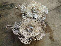 Come fare orecchini all'uncinetto: Pendenti impreziositi con cristalli Swarovski.