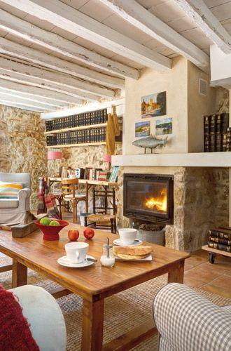 En la casa rehabilitada de Villaseca, el salón con chimenea de obra y casette.