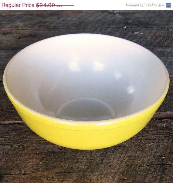 Bol Pyrex jaune citron vintage pour servir et par Auboutdurang 24,00$ CAD