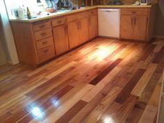 Instalar un suelo de madera utilizando palés en vez de parquet. Requiere trabajo pero resulta más barato y ecológico!
