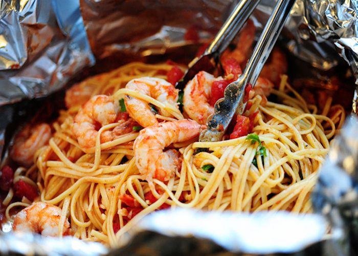 Gli spaghetti ai frutti di mare al forno si preparano lessando la pasta e dopo averla condita con le cozze e i gamberi dividendola in 4 parti da chiu...