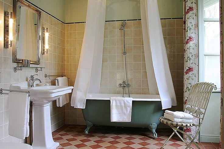Cubjac cottage rental - En suite full bathroom with claw-foot tub of the downstairs Master bedroom in Chez Colette et Mimi