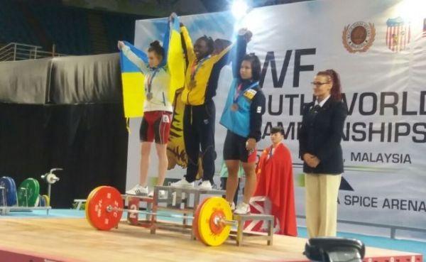 Yenny Sinisterra, campeona mundial sub-17 de levantamiento de pesas en el arranque de los 53 kilogramos, el 21 de octubre en Malasia.