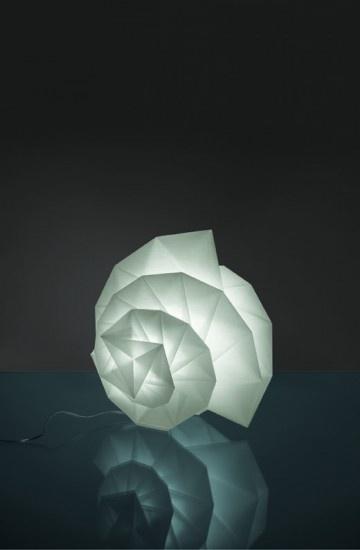 In-Ei Issey Miyake è una collezione di lampade a sospensione, da tavolo e da terra realizzata da Artemide utilizzando principi matematici, percorse da sottili e bellissime sfumature luminose. Le pieghe che determinano le forme plastiche e la solidità delle lampade, sono realizzate con una tecnologia originale, creata da Issey Miyake.