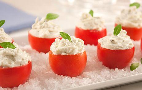 Tomate cereja recheado: Ingredientes: 100 tomates-cerejas 300g de ricota passada pela peneira 1/3 xícara (chá) de leite 1/4 xícara (chá) de manteiga 100g de salmão defumado, picado Salsinha para de…