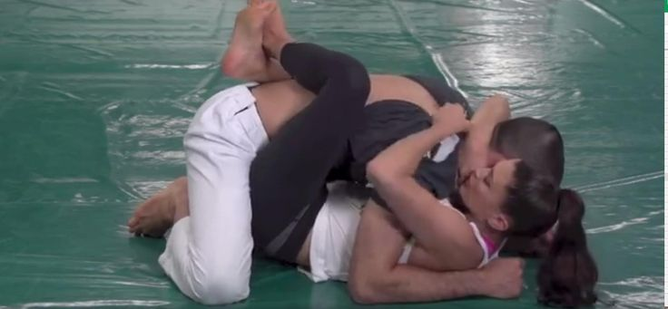 Diesen Griff sollte jede Frau kennen - mit einer schnellen Bewegung machst du deinen Angreifer sofort wehrlos!