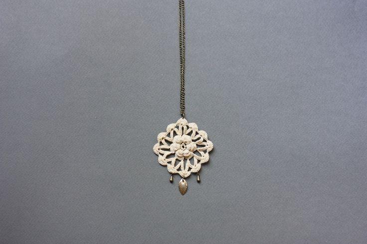 Collana lunga con ciondolo floreale stile boho di loukippi su DaWanda.com