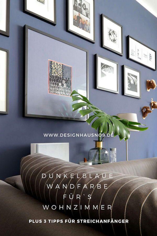 Dunkelblaue Wandfarbe für's Wohnzimmer. Probiere es mal aus.