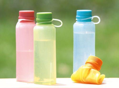 ワールドクリエイト vivシリコンボトル シリコン性のウォーターボトル。飲み終えたあとは、折りたたんでコンパクトに収納。 ただ持ち運ぶだけではなく、ボトルごと冷凍したり、レンジで温めたりと幅広く活用できます。