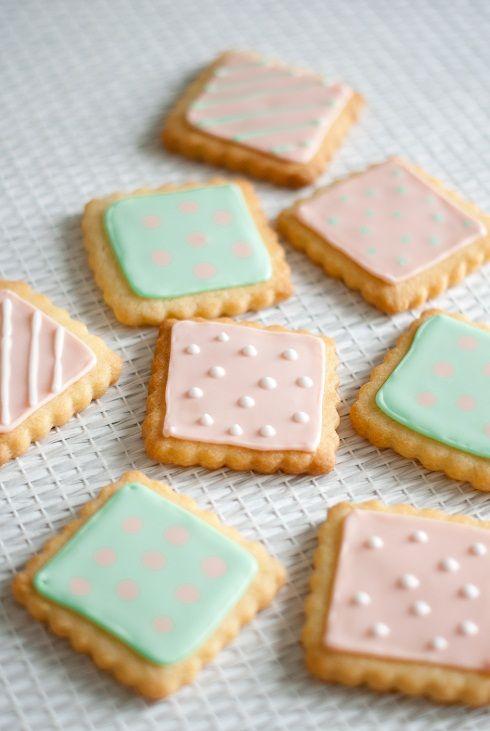 """Ce weekend, je me suis lancée dans quelque chose d'inédit pour moi, mais qui me tentait depuis un bon moment: la décoration de biscuits sablés! J'ai découvert cette """"tradition"""" sur les blogs..."""