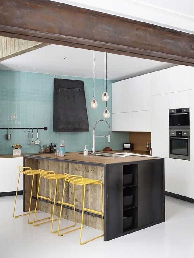 cozinha com detalhes em ferro cuisine blanche au mur carreau de carrelage bleu ciel tabouret - Cuisine Blanche Mur Jaune