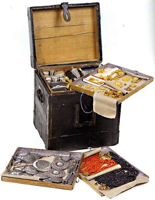 Kist, gevuld met sieraden, van juwelier Lou Minderhoud (1877-1970), circa 1900. Met deze kist op de kruiwagen en later op de fiets bezoekt juwelier Minderhoud de dorpen en boerderijen op Walcheren (Juwelier Minderhoud; foto: Ivo Wennekes).