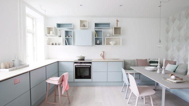 Er du på køkkenjagt, så vov pelsen og bladr forbi siderne i køkkenkataloget med hvide stilrene køkkener. Kast dig ud i en smuk pastelfarve på lågerne - det vil vække både opsigt og misundelse.