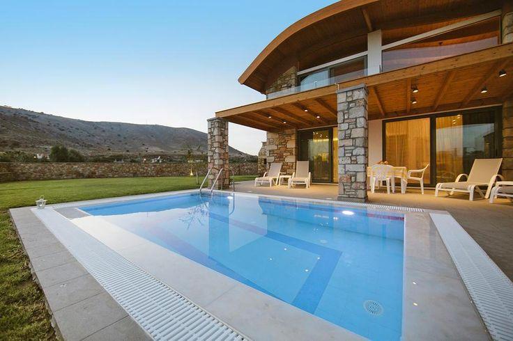 Ungewöhnliche Architektur: Ferienhäuser mit Privatpool und großem Garten, nur 150 Meter vom Meer entfernt. Bäume mit Oliven, Zitronen und Granatäpfeln verströmen angenehmen Duft und spenden Schatten.