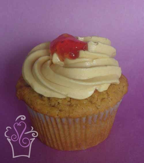 PEANUT BUTTER AND JELLY  Cupcake de mantequilla de maní cremosa con relleno de jalea de fresa, cubierto con lustre de mantequilla de maní  -- Creamy peanut butter cupcake filled with strawberry jam, covered with peanut butter frosting  #cupcake #cupcakes #sweetscostarica