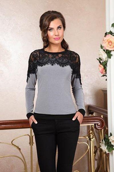 Серая трикотажная блузка с черным кружевом на плечах