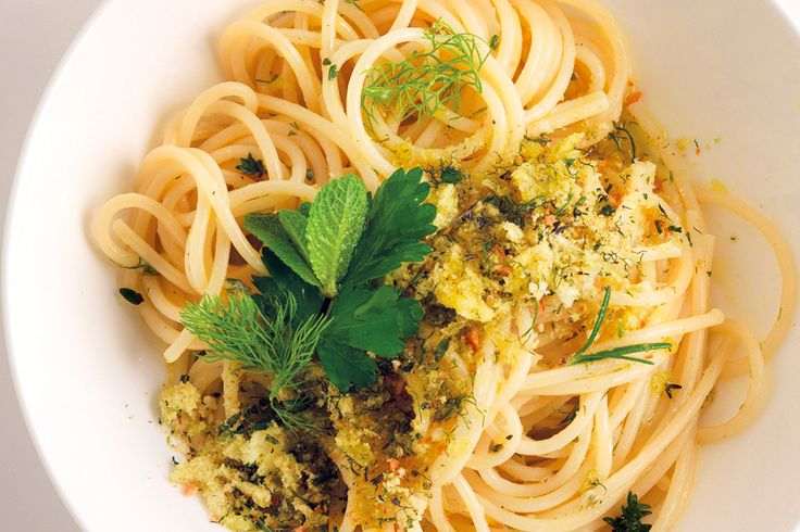 Per la ricetta degli spaghettoni profumati, tritate le erbe miste tutte insieme. Scaldate il pane in padella con un filo di olio e spruzzatelo con un ...
