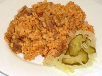 Rizseshús recept sertéscombból: A rizses hús egy finom pörkölt, mely egytálétellé válik a rizstől. Egyszerű és finom! Egy kis előre elkészített lecsóalap kell csak hozzá.