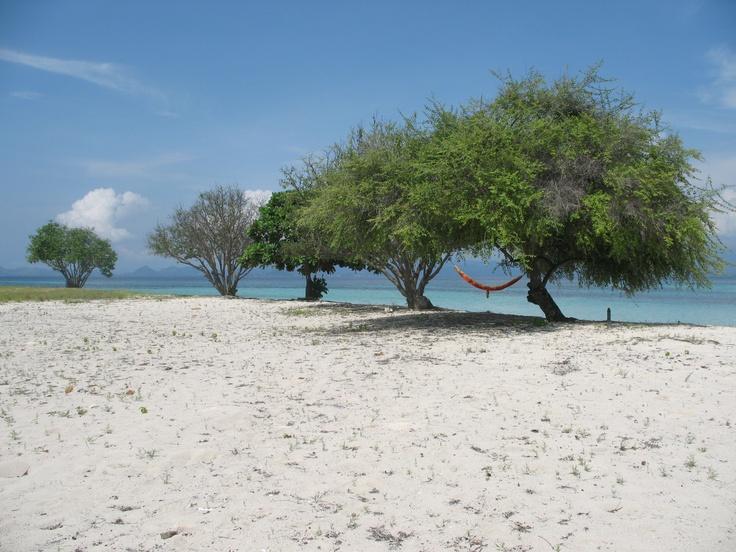 Anak pantai suka santai, suka damai. Pulau Kanawa, Flores