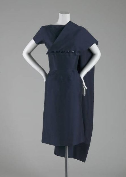 """Robe d'après-midi avec étole détachable, Jean Dessès (1904-1970), France: ca. 1951 côtes taffetas de soie. """"Jean Desss était une maison de mode de premier plan dans Paris à partir de la fin des années 1930 aux années 1960. Ce vêtement montre les talents du design dans la coupe et en forme. L'ensemble devant de la robe est faite d'un morceau de tissu qui a été manipulé avec plis et fléchettes ... Un panneau supplémentaire de tissu cousu à l'étole est coupé sur un grain différ"""