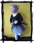 Erg mooi balletpakje! Uitvoering in het zwart, met een zwarte tutu met zwarte stippen. Je prinsesje is een echte ballerina in dit balletpakje! De tutu blijft tijdens het dansen/balletten omhoog staan (en springt op).