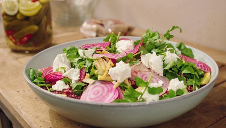 Dit is een kleurrijke, gezonde salade met volkorencouscous.De echte carnivoren kunnen er krokant gebakken spek bij serveren, maar deze salade zit ook zonder vlees bomvol smaak.