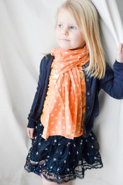 Budget look, lieve Jasmijntje in een fris setje van Zeeman, combi blauw, oranje met sterren print, nog steeds niet weg te denken uit het huidige mode beeld. Door: thiskidsgotstyle.nl   Budget Shopping   kids fashion blog