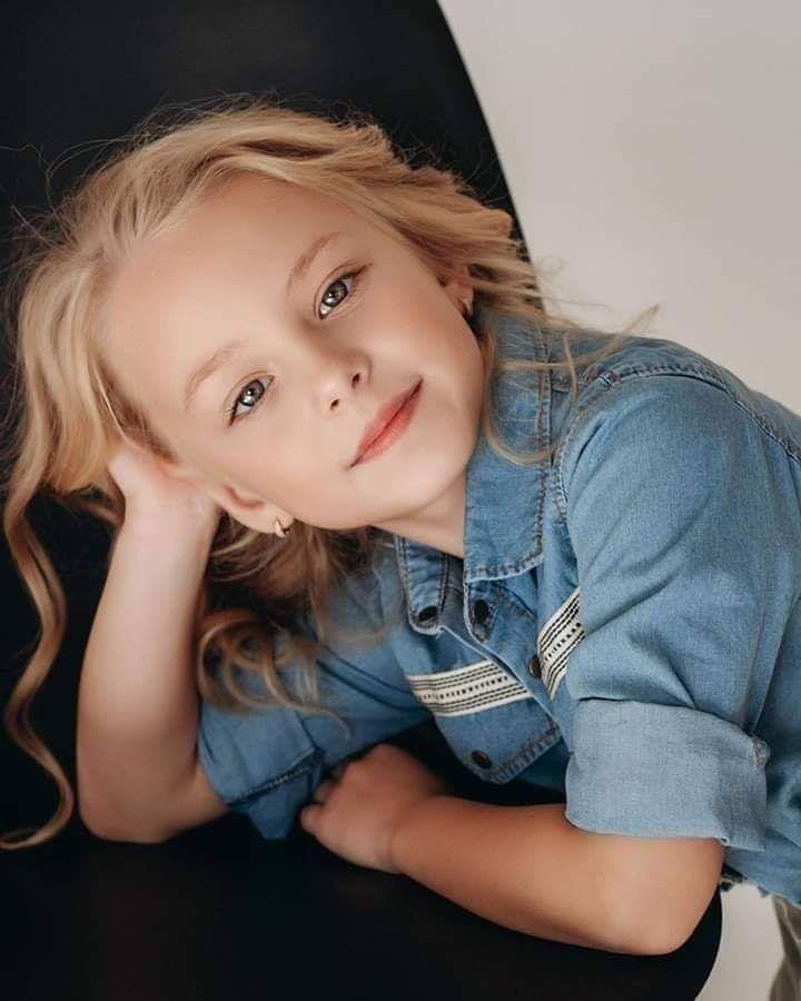 البراءة Cute Kids نقدم لكم في هذا التطبيق عددا كبيرا من صور برائة الاطفال وخلفيات بيبي لطيف بجود عالية خلفيات Baby Girl Photos Girl Photos Beautiful Children