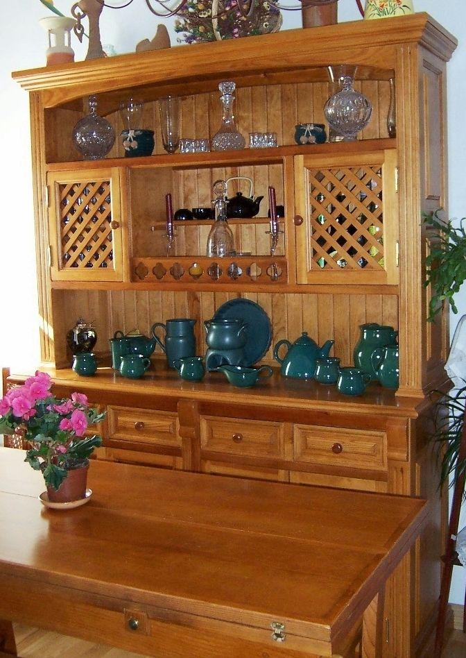 Alacena rústica en madera maciza, con trasera de friso y cajones y puertas con cuarterones y celosías.