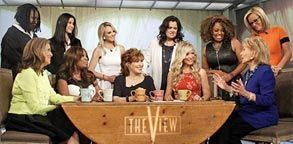Image: Barbara Walters (right) with cast of 'The View' (© ABC) Anchors bid farewell to Barbara Walters