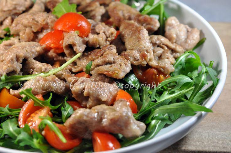 Straccetti di vitello con rucola e pomodorini, secondo piatto facile e veloce, da preparare in pochi minuti, cosa preparo per cena, ricetta veloce, impanati.