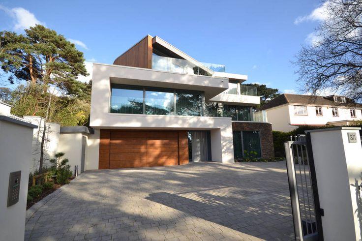 Dieses Haus vereint moderne Kanten und organische Formen. Das Ergebnis: Eine außergewöhnliche Fassade, die alles in den Schatten stellt.