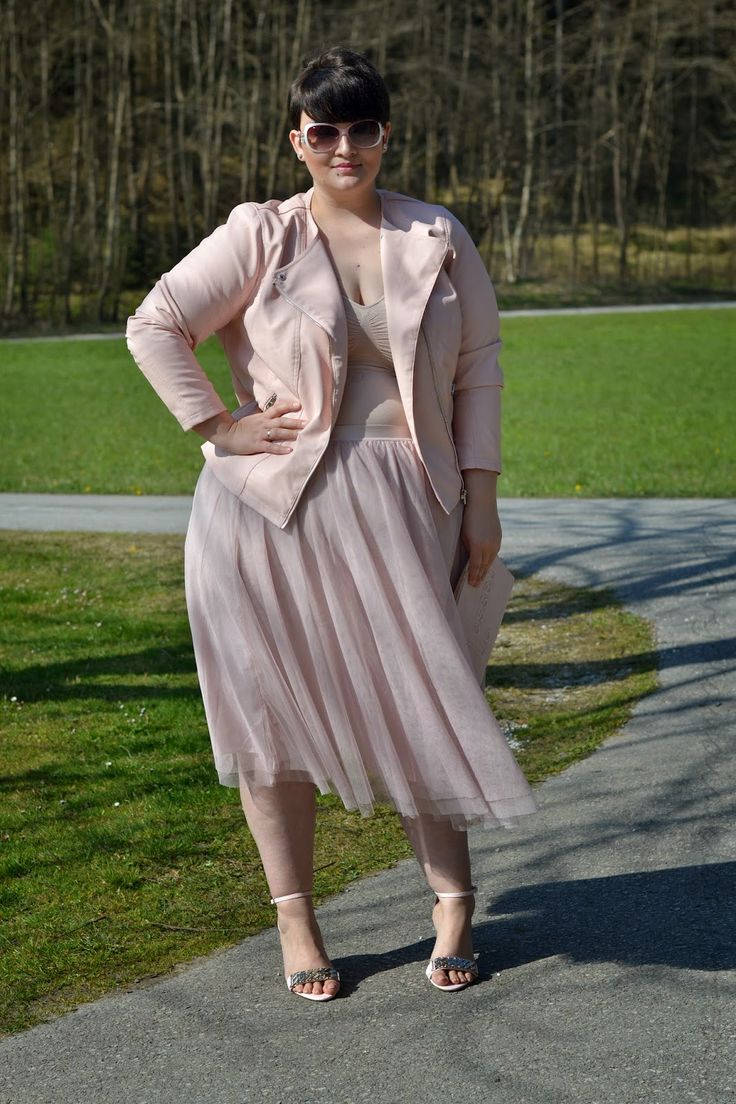 In a style rut? A long line of a single color helps slim and elongate the body. Via Curvy Claudia. Learn how to dress your body shape and elevate your style while helping women in need at Styletruist.com!
