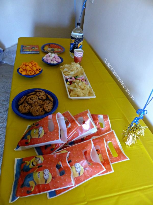 #DIYpartyPackages size small Minions party. A matching mud cake is also included. #minions #party #themes