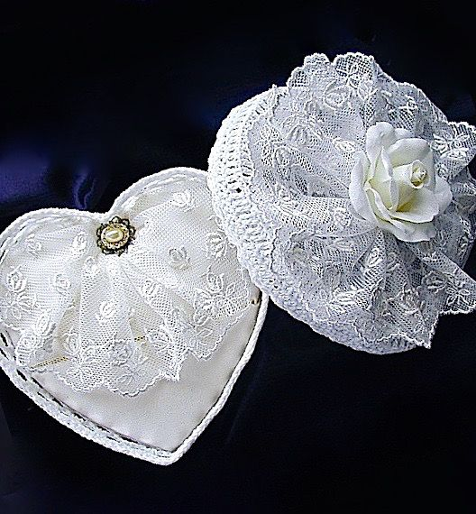 ateliersarah's ring pillow/heart-shaped lace basket decorated with lace