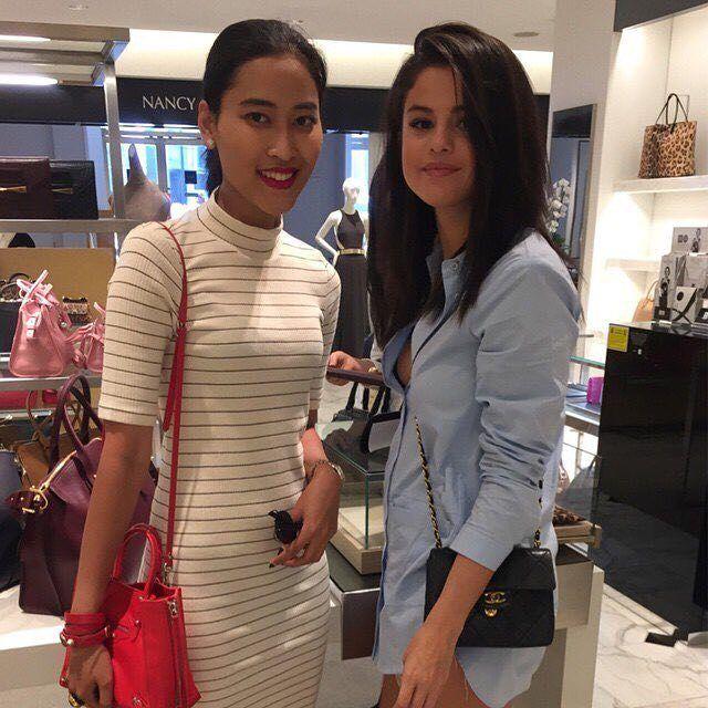 New old photo of @selenagomez with a fan at Saks Fifth Avenue in Beverly Hills California. [July 31 2015]  Nueva antigua foto de #SelenaGomez con una Fan en la Quinta Avenida de Saks en Beverly Hills California. [Julio 312015]  #Selena #Selenator #Fans | #BestFanArmy #Selenators #iHeartAwards