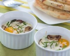 Oeuf cocotte au micro-ondes : http://www.cuisineaz.com/recettes/oeuf-cocotte-au-micro-ondes-83838.aspx