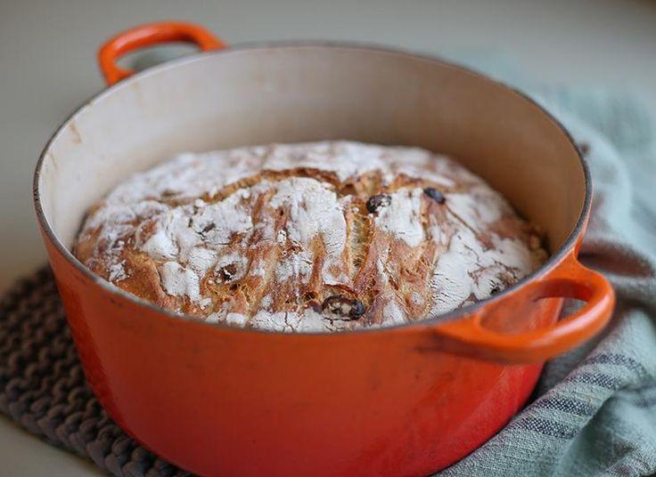 Eltefritt julebrød er saftig, luftig og veldig enkelt å lage. Deigen til eltefritt julebrød tar bare 5 minutter å lage, og krever minimal innsats!