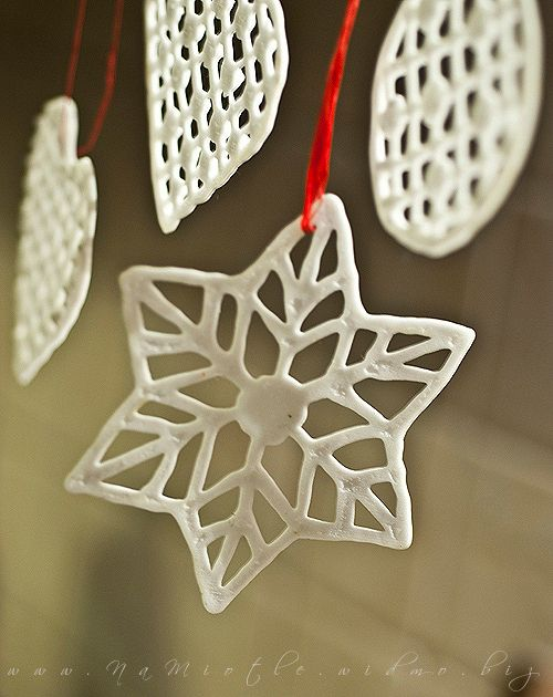 Christmas tree decoration- I should do this with my hot glue gun and glitter