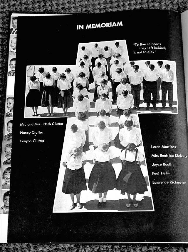 """La página final del anuario de 1960 de la Escuela Secundaria de Holcomb, donde estudiaban Nancy y Kenyon, fue un homenaje póstumo a la familia Clutter. En el angulo superior derecho, se lee la frase """"To live in hearts, they left behind Is not to die""""  (Viven en nuestros corazones, ellos nunca morirán). En la parte central, sobre el lado izquierdo, se puede apreciar a Nancy Ewalt, una de las amigas que descubrió el cuerpo de Nancy Clutter."""