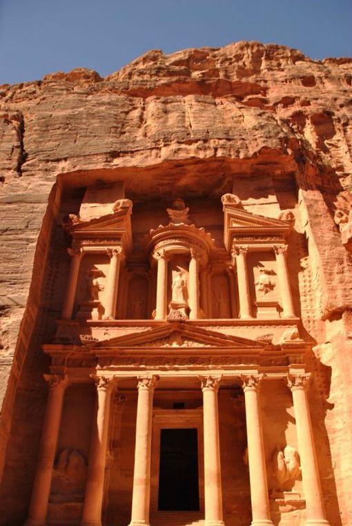 Il nostro #Blog #Tour in #Giordania sta volgendo al termine. Una delle tappe imperdibili è stata #Petra col suo tesoro. Colori, visi, architetture che hanno lasciato tutti a bocca aperta. #travel #jordan