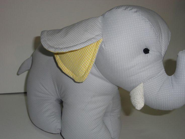 Elefante cinza e amarelo