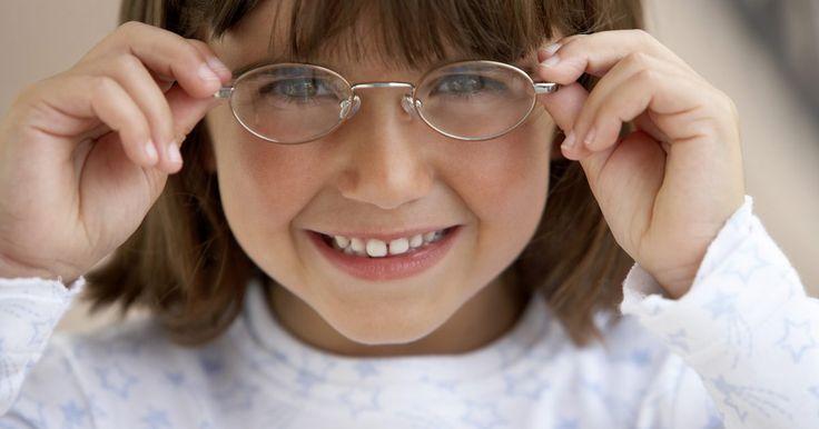 Como limpar os óculos com pasta de dente. Limpar seus óculos correta e regularmente pode ajudar a prolongar a vida útil das lentes. Há uma série de maneiras de limpar com segurança uma lente, mas a vantagem real de algumas delas é que você pode encontrar todos os materiais de que precisa em seu próprio banheiro ou cozinha.