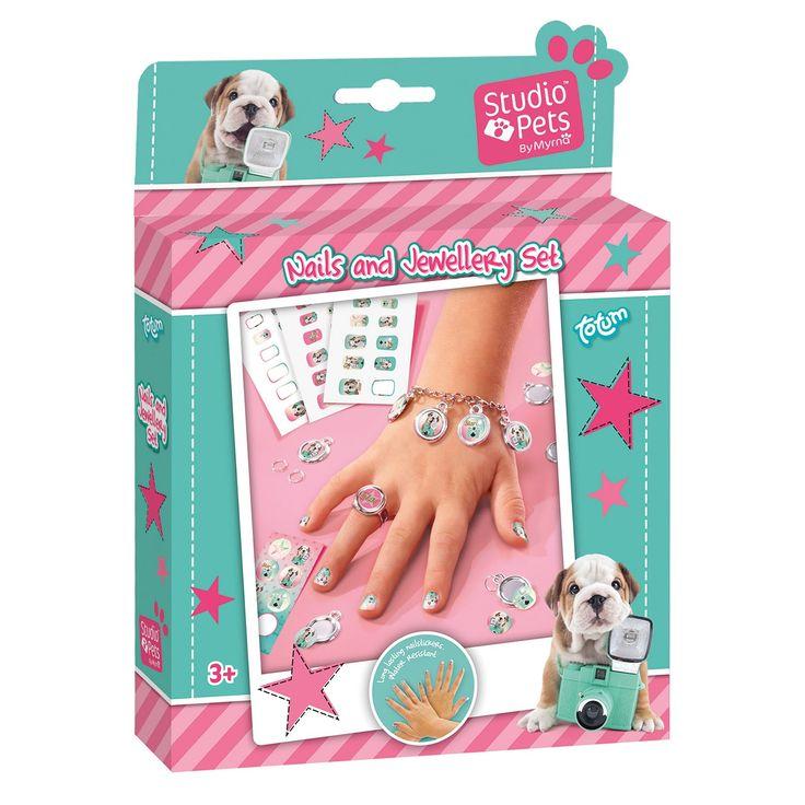 Met deze complete knutselset versier je je nagels en maak je bijpassende sieraden met afbeeldingen van de liefste puppy. Inhoud: 36 nagelstickers (langdurig houdend en waterbestendig), stickervel, metalen schakelarmbandje, 5 ronde bedeltjes, 5 metalen ringetjes, ring, dubbelzijdig foamtape en gebruiksaanwijzing. Afmeting: verpakking 17,5 x 3,5 x 17,5 cmGeschikt voor: Vanaf 3 jaar - Studio Pets Maak je eigen Sieraden en Nagels